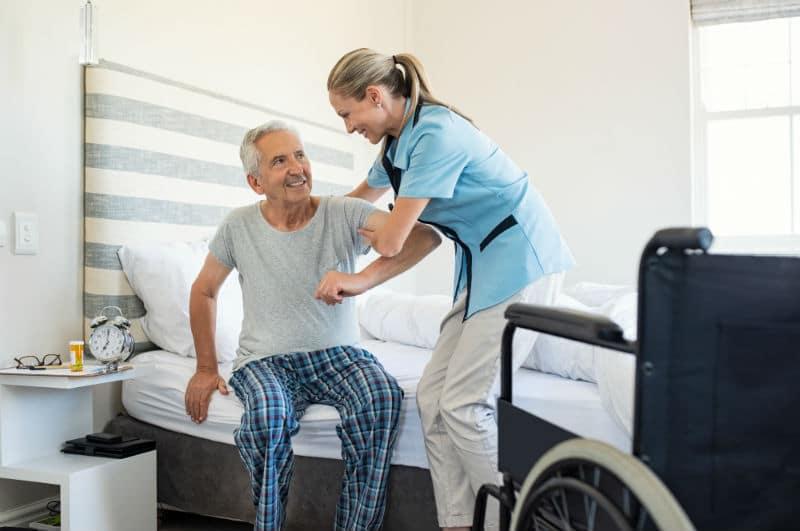 AAPADP qui aide une personne âgée à sortir de son lit