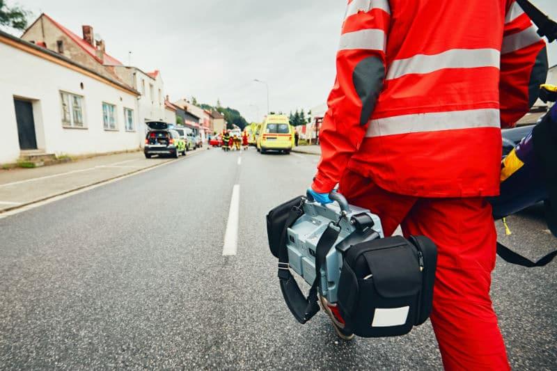 Ambulancier et son matériel