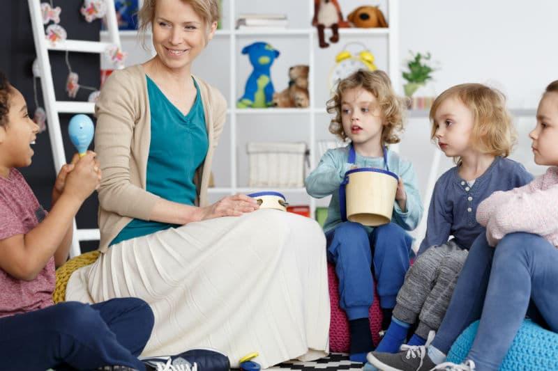 Animatrice territoriale jouant avec des enfants