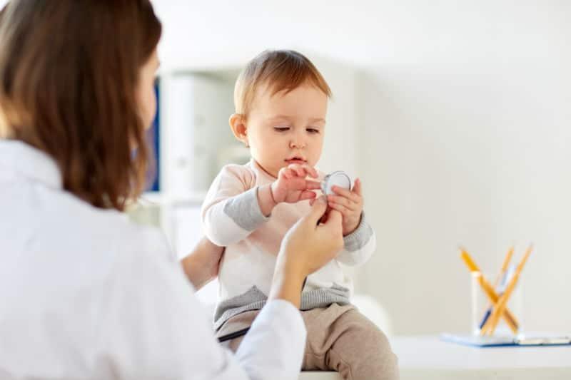 Auxiliaire puéricultrice avec un enfant