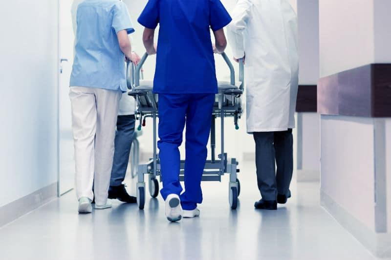 Brancardier dans un hôpital avec un médecin et une infirmière