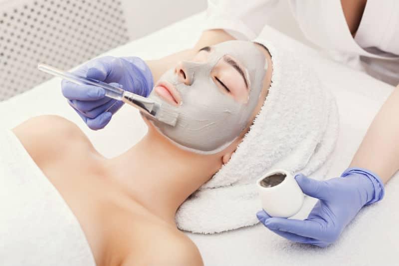 Esthéticienne qui fait un soin du visage