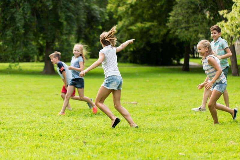 Groupe d'enfants qui s'amuse pendant une activité