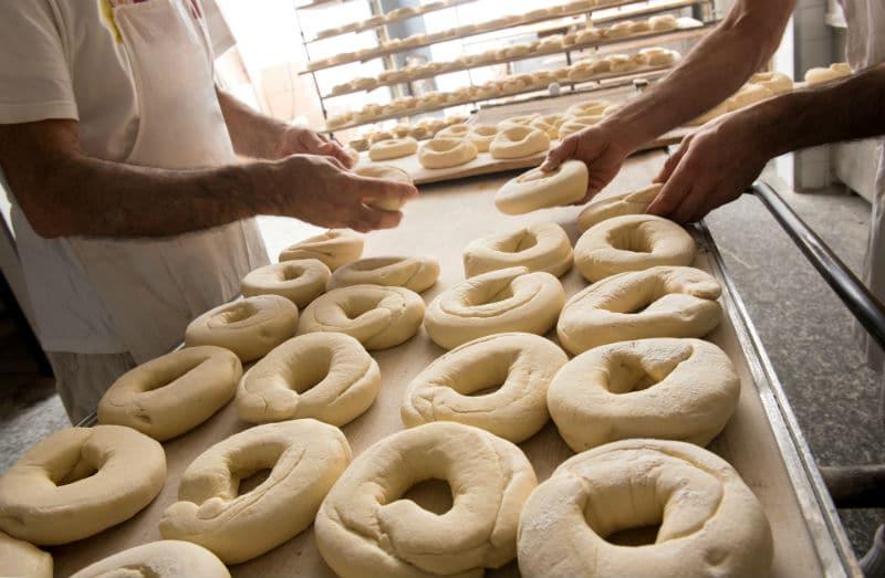 Préparation du pain dans une boulangerie