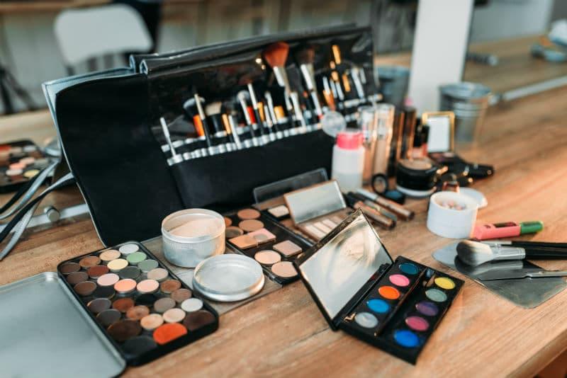 Trousse de maquillage d'une maquilleuse pro