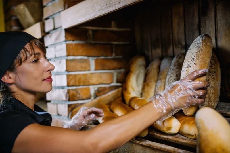 Vente du pain dans une boulangerie