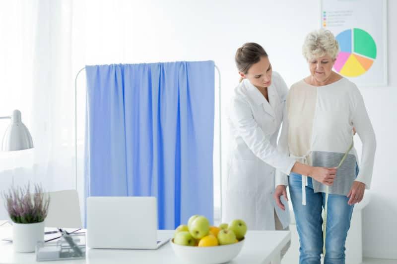 Nutritionniste en consultation à l'hôpital