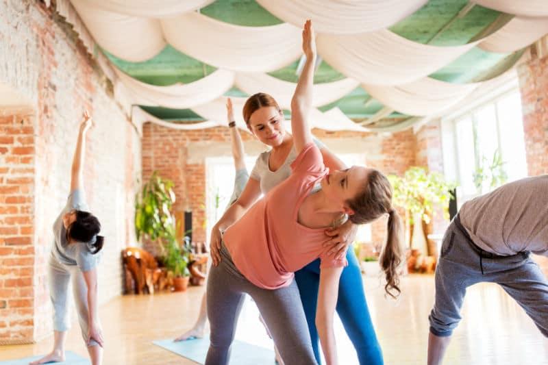 Prof de Yoga pendant son cours