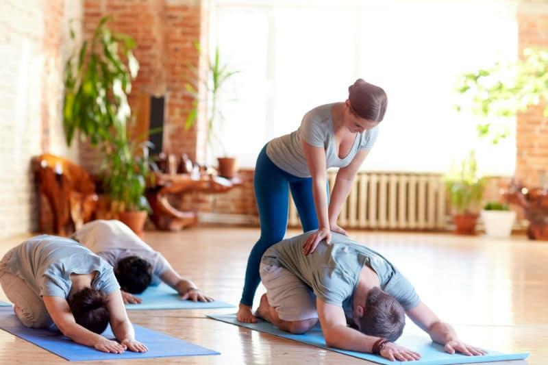 Prof de Yoga avec ses élèves