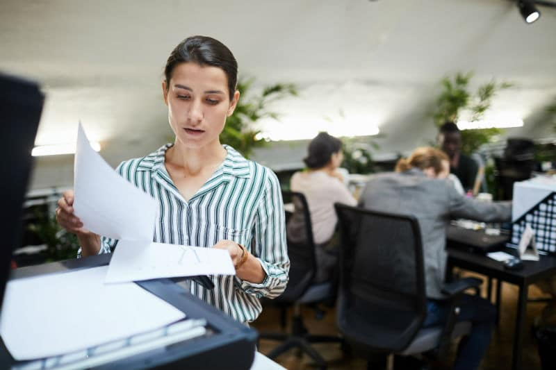 Secrétaire comptable à la photocopieuse
