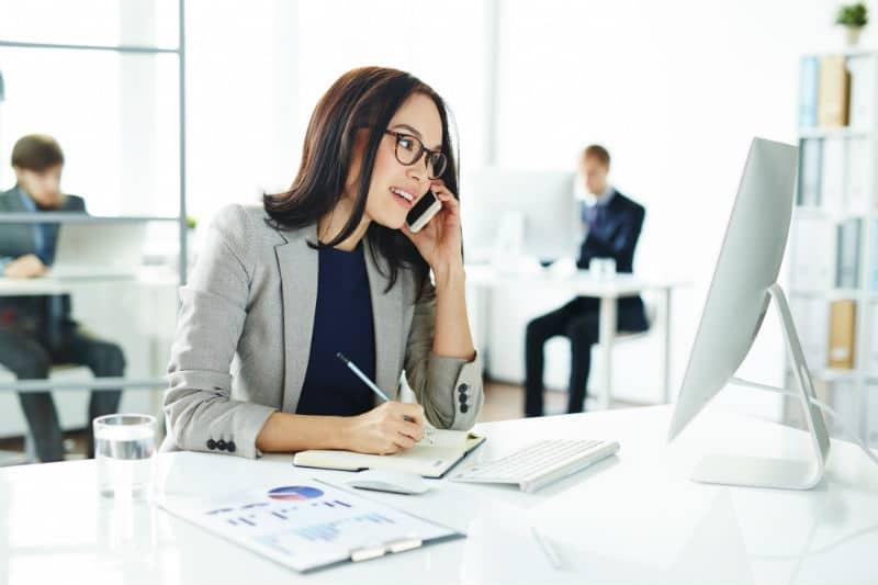 Secrétaire en comptabilité au téléphone