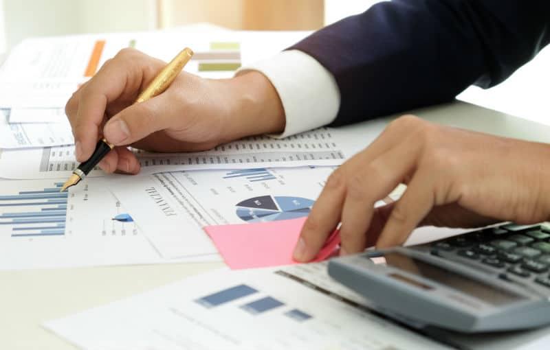 Inspecteur des impôts dans un bureau