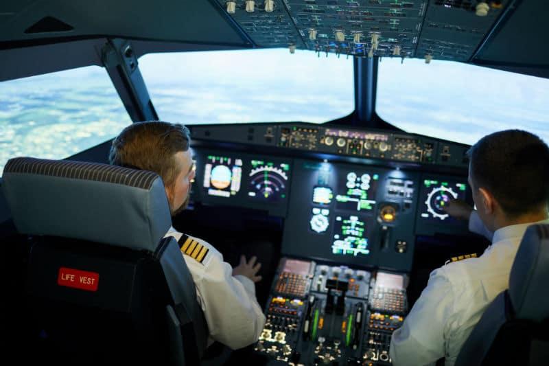 Pilotes de ligne dans un avion