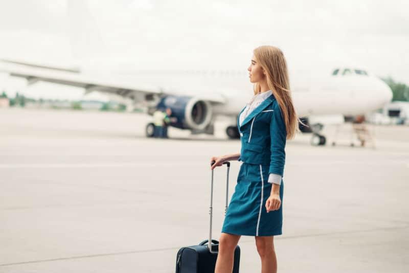 Hôtesse de l'Air dans un aéroport