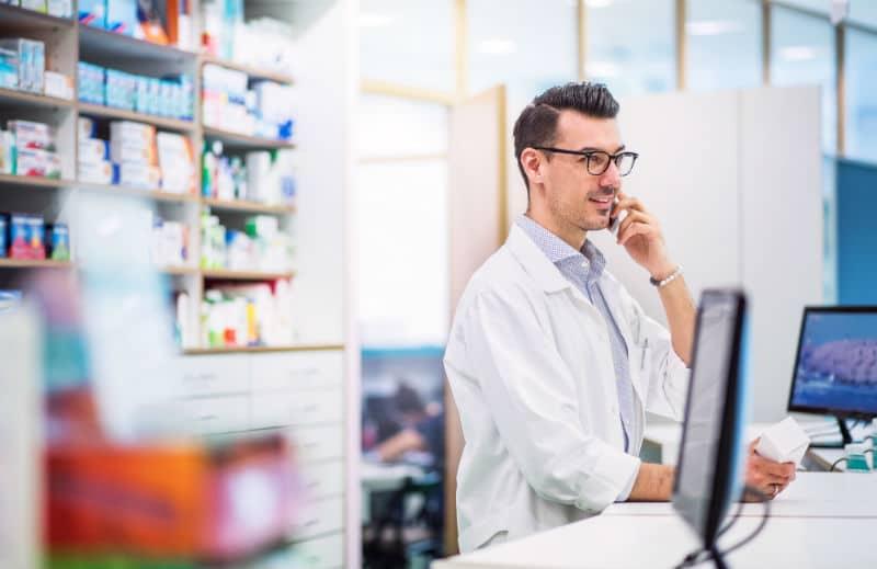 Pharmacien dans une pharmacie