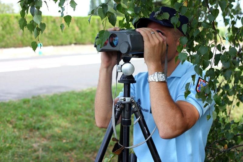 Gendarme avec un radar