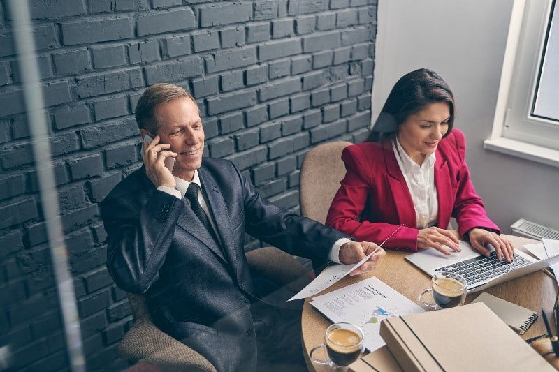 Assistante manager avec un chef d'entreprise