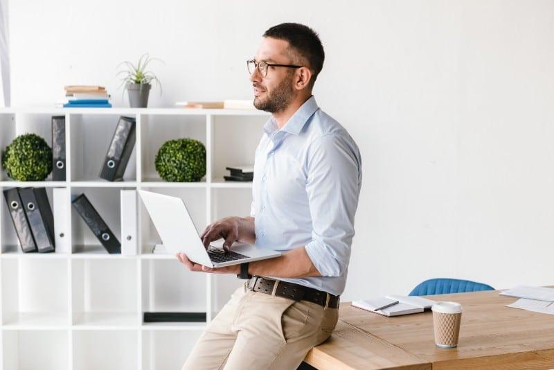 Office Manager dans son bureau